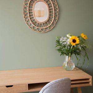 Une décoration soignée et tendance à base de fibres naturelles, laiton, osier.