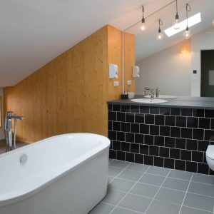 Très spacieuse, la salle de bain de la suite 307 est équipée d