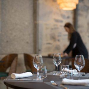 Au choix, petit déjeuner servi en salle ou préparé par vos soins dans un salle dédiée, entièrement équipée.