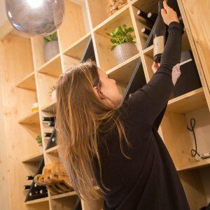 La carte des vins offre un bel équilibre entre petits domaines et grandes maisons réputées, pour vous faire plaisir, à tous les budgets.